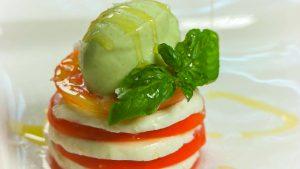 Helado salado de Albahaca sobre ensalada caprese con aceite