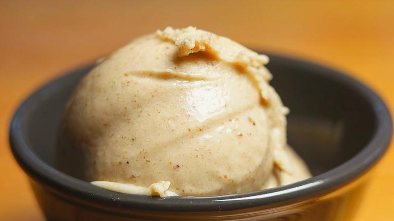 bola de helado de avellana en una tarrina