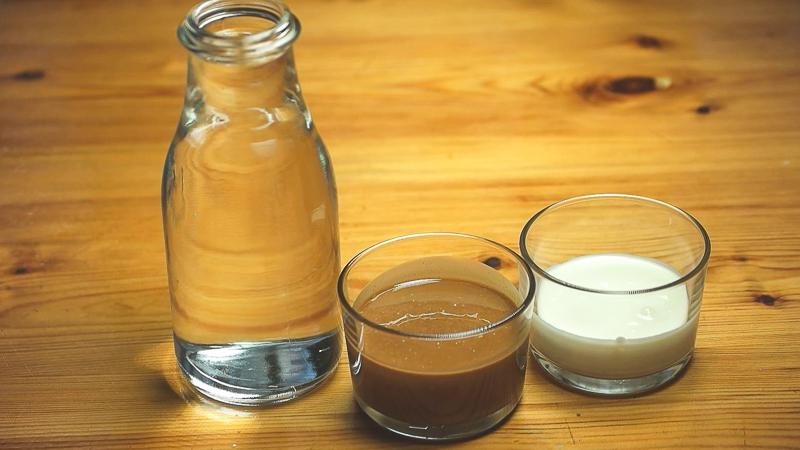Ingredientes líquidos de la receta de helado de avellana
