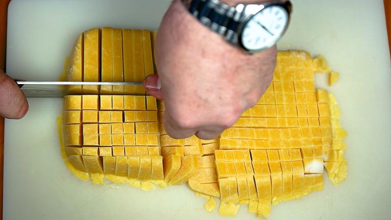 helado de mango congelado cortado en trocitos