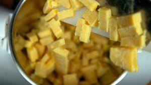 Triturar los dados de helado de mango