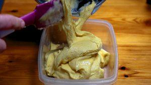 llenar recipiente de helado de mango