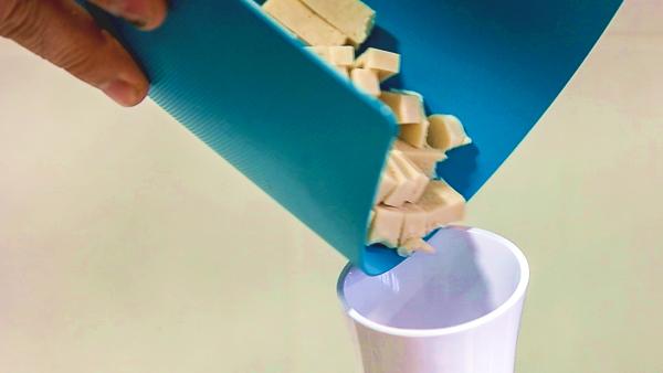 echar helado a la sorbetera