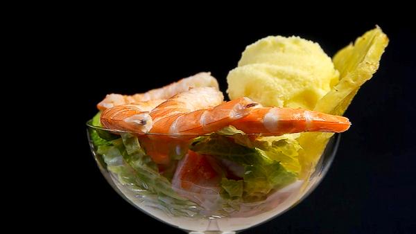 coctel de langostinos con helado de mahonesa yogurt y piña